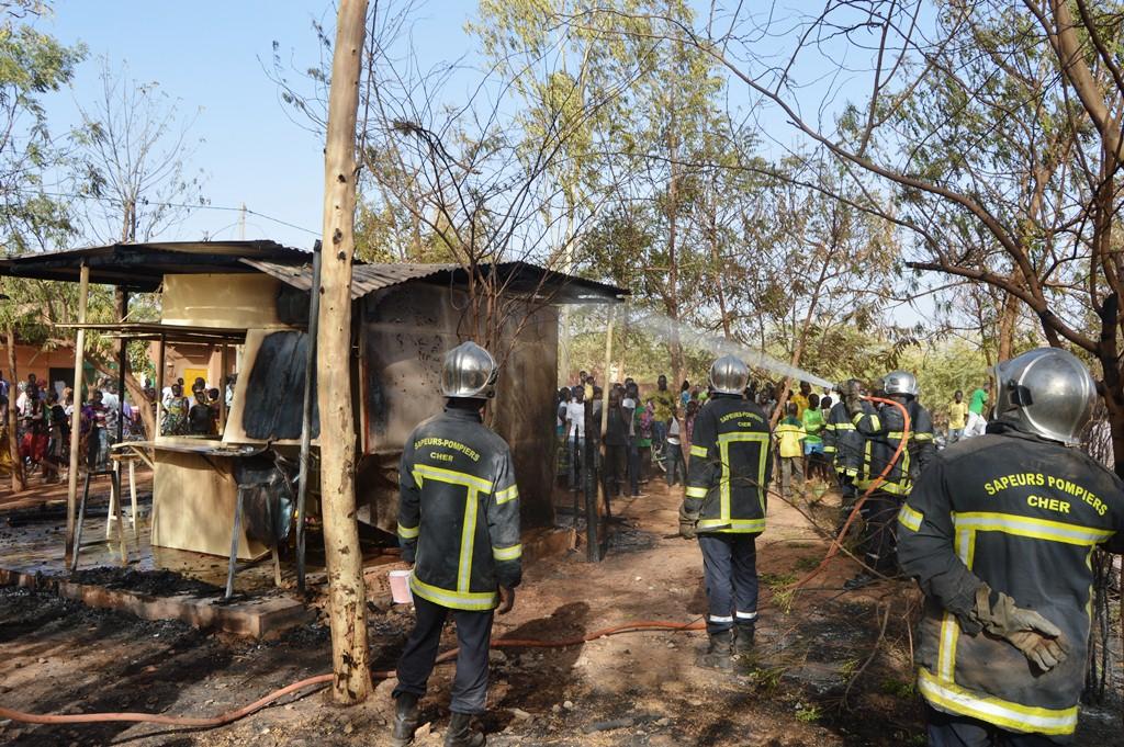 Des kiosques ont essuyé le souffle de l'explosion © Burkina24