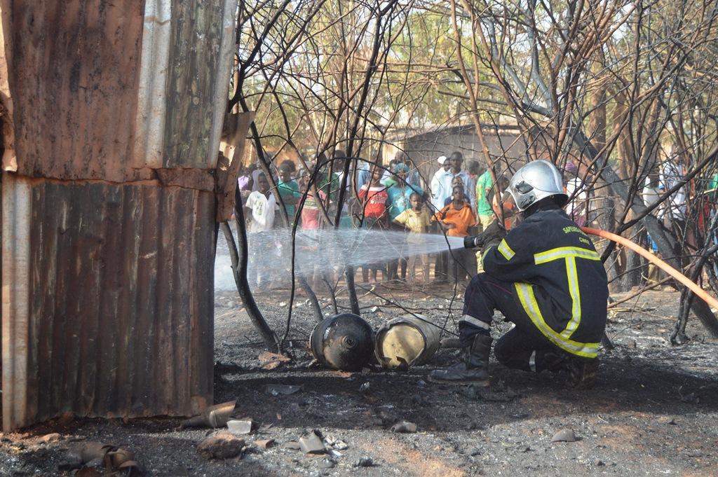 Un pompier s'appliquant à éteindre le feu © Burkina24