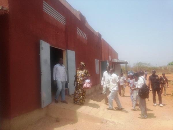 A la visite des magasins construits par Oxfam pour le warrantage