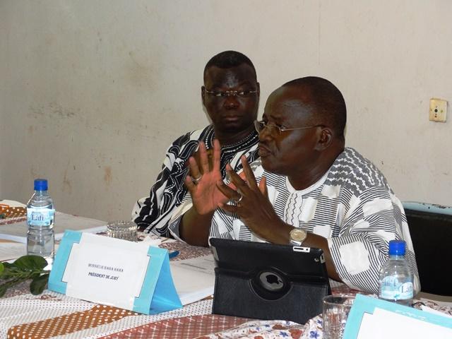 Baba Hama, président du jury s'exprimant sur les résultats de l'analyse de la stratégie de la communication de la SCADD par Boureima Lankoandé.