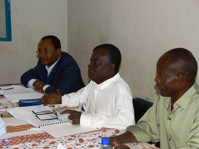 Dr Dramé, président du jury avec à sa droite le directeur de mémoire et le suffragant à sa gauche.
