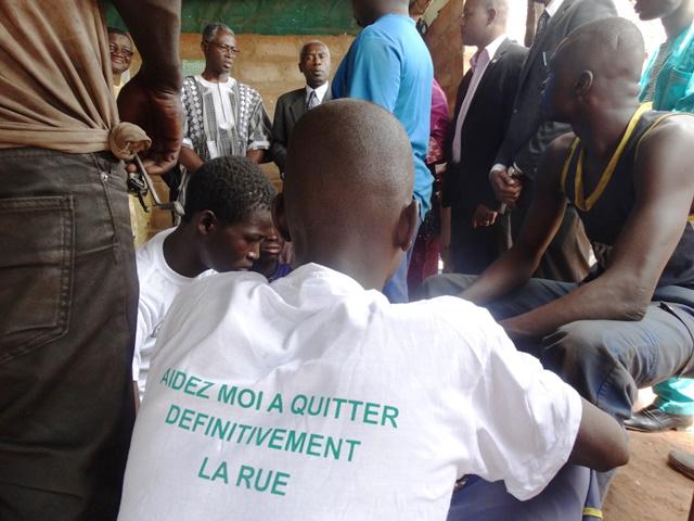 Un ex-enfant de la rue réinséré dans un atelier de mécanique moto à Dédougou.