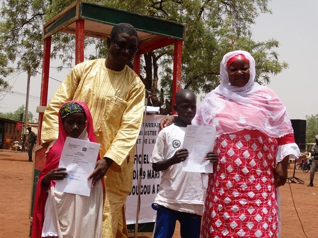 Justin S. Somé, gouverneur de la région de la Boucle du Mouhoun et la présidente de l'association IQRA ont remis des extraits de naissance à deux enfants en âge d'aller à l'école et qui n'en disposait toujours pas.