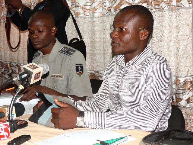 Le commissaire Thiombiano avec à sa droite l'officier Gansoré du service de communication de la police Nationale.