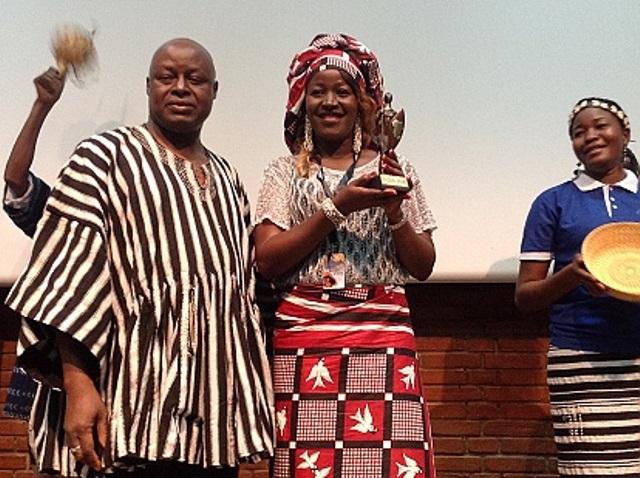 Sandra Adjabo, comédienne recevant son trophée des mains du élégué général du FESPACO