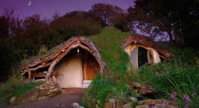 Simon Dale, père de famille qui habite au Pays de Galles, situé au Centre-ouest de la Grande-Bretagne, construit la maison écologique de ses rêves pour 3.680 euros.