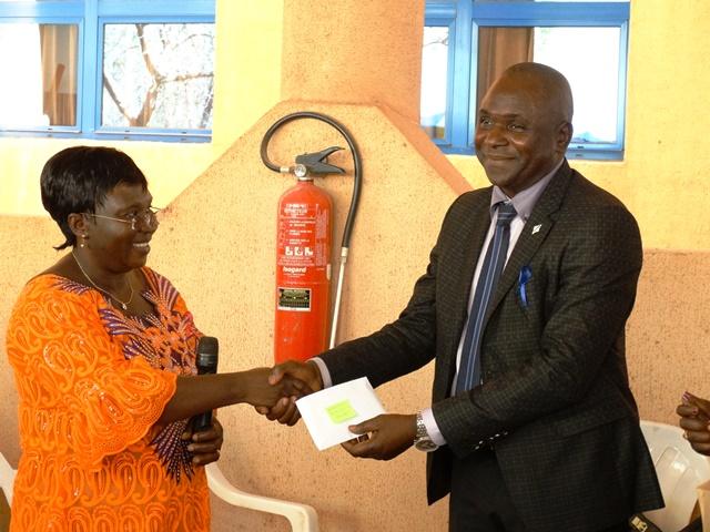 """Eugénie Nonguierma (gauche) remettant au président de l'Association """"Stop cancer du col au Burkina"""""""