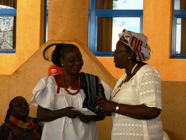 La Présidente de l'association Wend Panga (gauche) recevant des mains de l'inspectrice générale de l'ONEA la contribution de l'AFO.