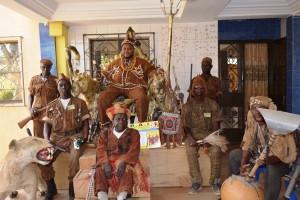 Yacouba Drabo le Bonck entouré de quelques Dozo - © Burkina 24