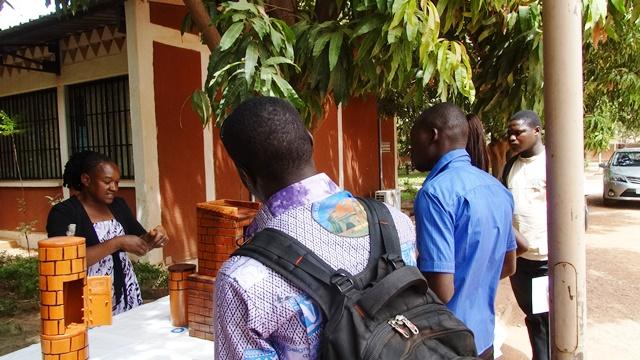 Zampaligré Hadiguiata expliquant aux visiteurs le processus de gestion autonome des eaux usées et excrétas en ville comme en campagne à l'aide de modèles en miniature.