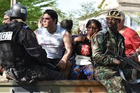 Les forces de l'ordre sécurisant les populations sur la plage de Grand-Bassam.
