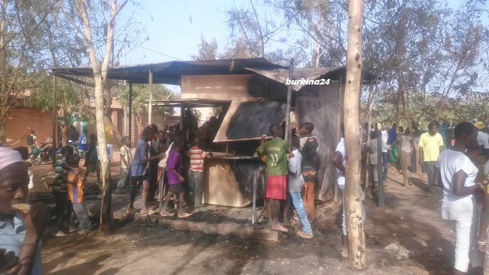 Des kiosques jouxtant le cimetière ont été touchés par les flammes © Burkina24