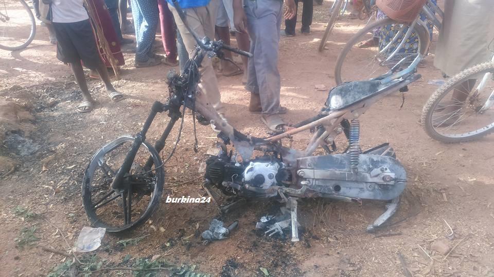 Cette moto n'a pas échappé aux flammes © Burkina24