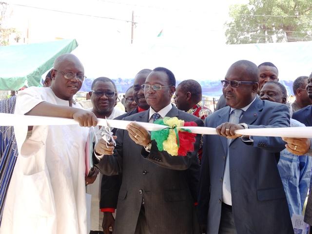 Le ministre du travail (milieu) procédant à la coupure symbolique de ruban © Burkina24