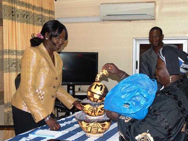 La ministre Laure Zongo a reçu un cadeau de la part des femmes rurales productrices de lait.