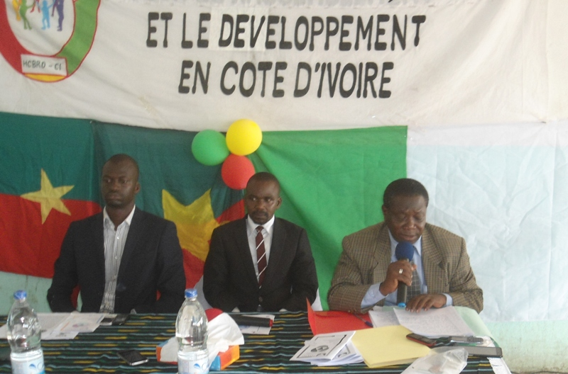 Président Kouda Salif (milieu) Vice pdt Roamba Issa (micro)