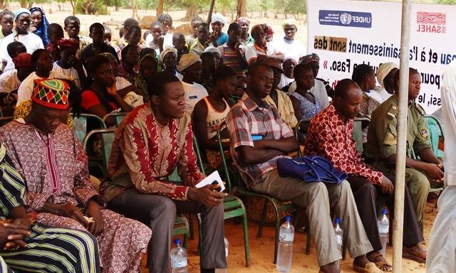 Selon Idrissa Gamsoré, (PDS) de Kombissiri (à g. du chef du village), les problèmes de santé des populations sont à liés en partie au manque d'eau potable.