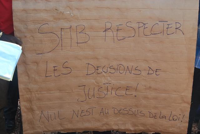 Les ex-travailleurs de la Société des mines de Bélahourou (SMB) ont organisé un sit-in ce 12 avril 2016 devant le siège de la société à Ouagadougou (2)
