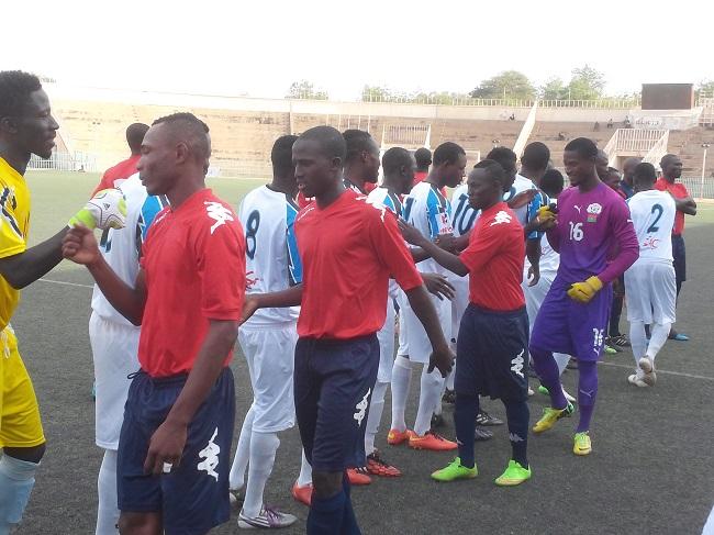 L'USFA (rouge) a subit sa deuxième défaite de suite face à l'EFO (blanc)