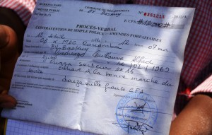 Un des voisins qui filmait la scène s'est vu retirer son téléphone portable et sommé de payer 12 000 F CFA - © Burkina 24