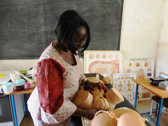 La sage-femme, directrice général et fondatrice de l'EPSSE expliquant le processus d'un accouchement dans le laboratoire de l'école.
