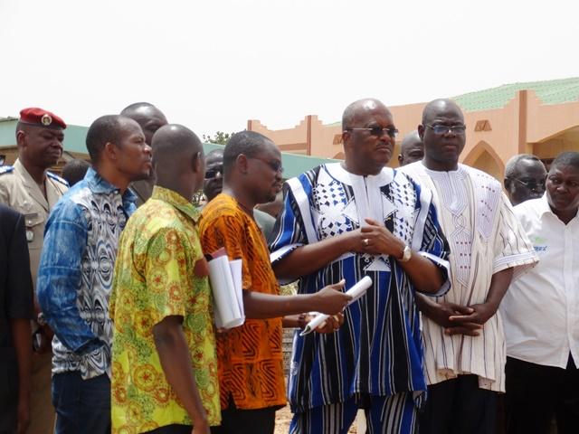 Les responsables du chantier briefent le Président Kaboré sur les travaux restant à exécuter