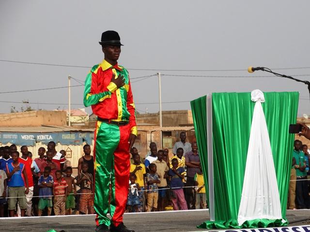 Molare, un danseur vêtu des couleurs nationales a d'abord observé le temps de la diffusion de l'hymne national avant de prester