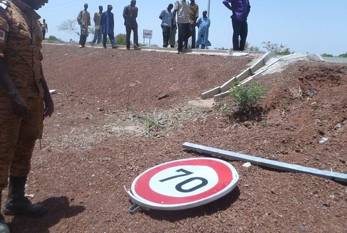 Le panneau de signalisation arraché par la violence de l'accident