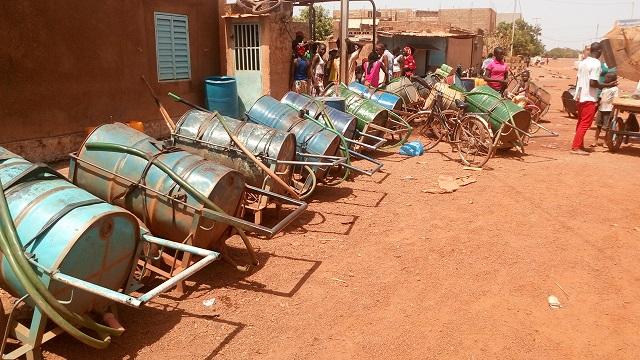 Des barriques d'eau en attente © Burkina24