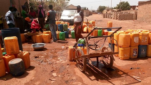 Passer la nuit parfois à la fontaine est souvent nécessaire © Burkina24