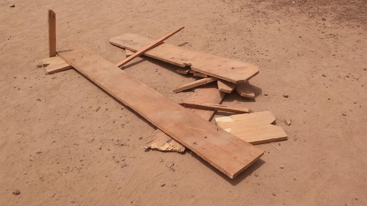 Les militants de la NAFA affirment que ce banc a été cassé par les militants du MPP