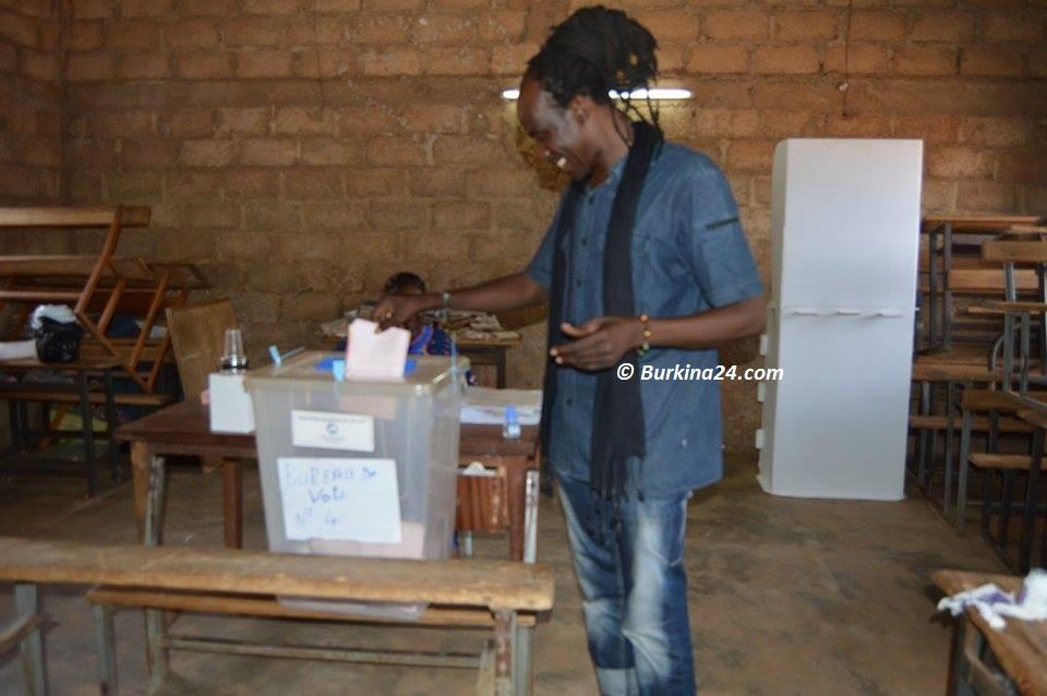 Sana Bob effectuant son vote