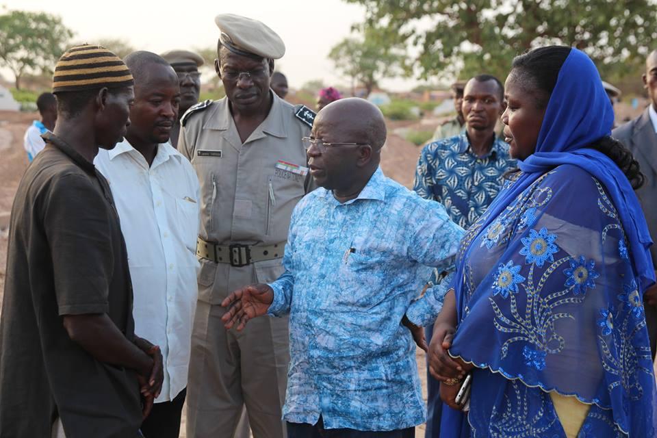 Le ministre de la sécurité échangeant avec les membres du défunt - © Dircom MATDSI
