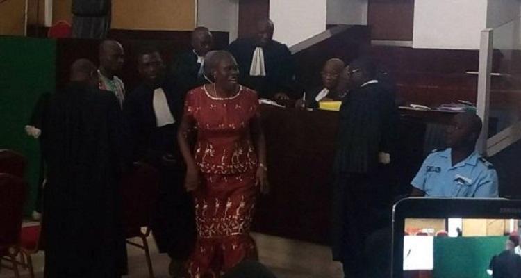 Simone Gbagbo esquissant des pas de danse.