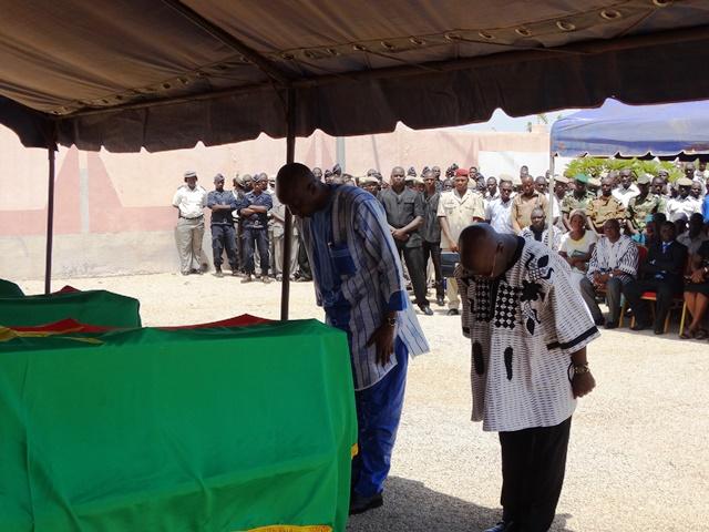 Le Premier ministre et le ministre de la sécurité intérieure s'inclinent devant les corps des 3 assistants de police - © Burkina24