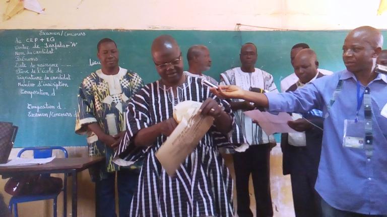 Le gouverneur a ouvert l'enveloppe devant tout les acteurs de l'éducation