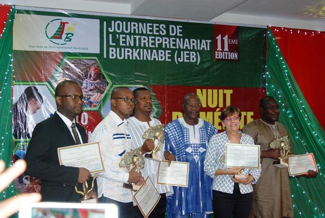 Le ministre en charge du commerce (3e en partant de la gauche) en compagnie des représentants des entreprises primées pour leur excellence