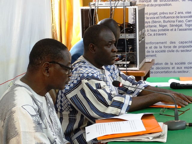 Souleymane Drabo (représentant du PCA SPONG) avec à sa gauche El Hadj Issoufou Maiga, président de L'OTRAF