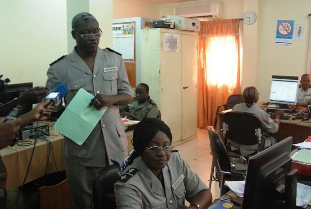 Le chef de service de production Amado Sini (debout), expliquant le processus de personnalisation des passeports aux journalistes