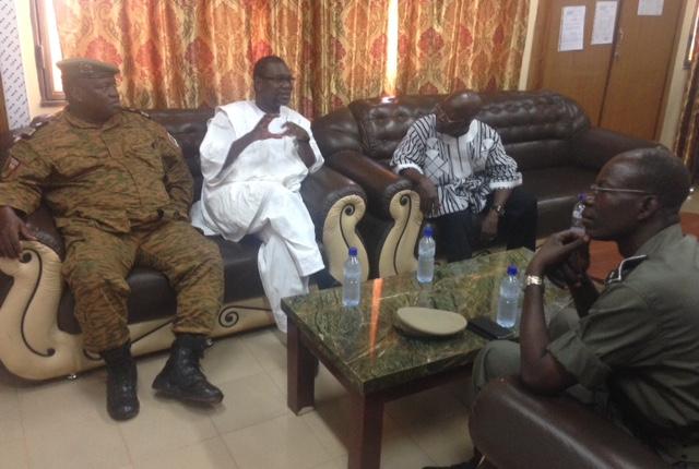 Le gouverneur Ousmane Traoré (en blanc) avec le ministre de la sécurité intérieure Simon Compaoré (droite) et les deux premiers responsables de la gendarmerie et de la police nationales.