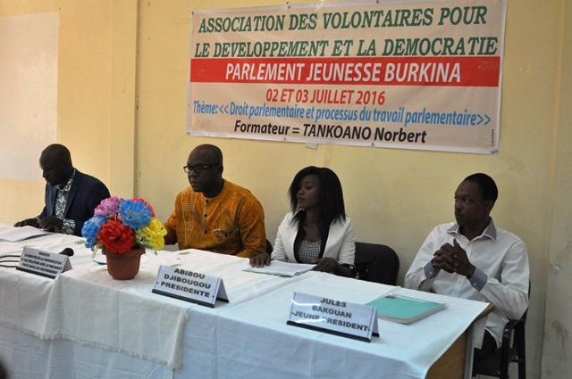 La présidente des jeunes députés (2e à droite) a souhaité qu'à l'issue de leur travail, le gouvernement favorise ''la mise en œuvre de leurs projets''