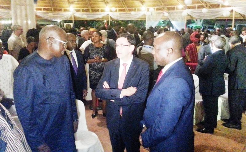 L'ambassadeur Gilles Thibault s'entretenant avec le Premier ministre Kaba Thiéba et le Président de l'Assemblée nationale Salifou Diallo