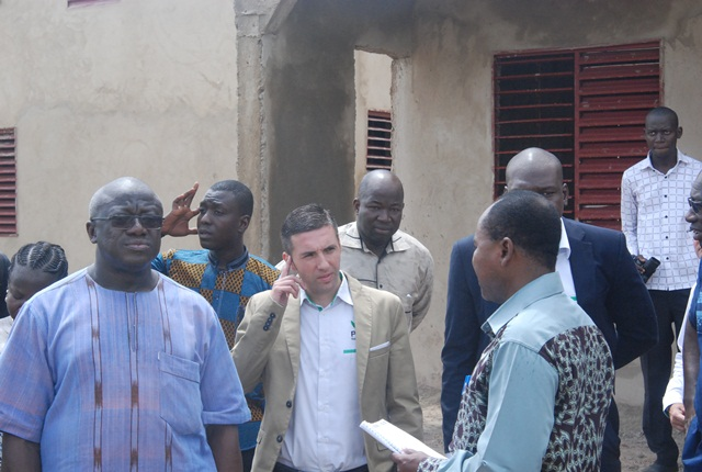 Le PDG de PNBF (au centre) procédant à la visite des constructions en cours avec le ministre (à gauche)