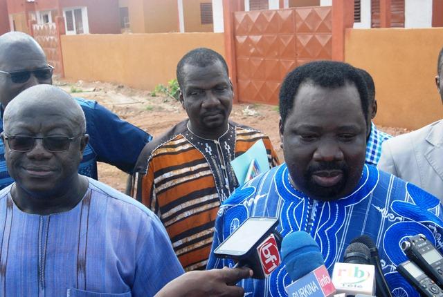 Le PDG de Wend-panga, Julien Ouédraogo (à droite) au micro des journalistes à l'issue de la visite