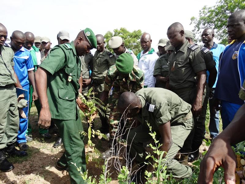 Le délégué général plantant symboliquement un arbre avec le représentant du parrain. © Burkina24