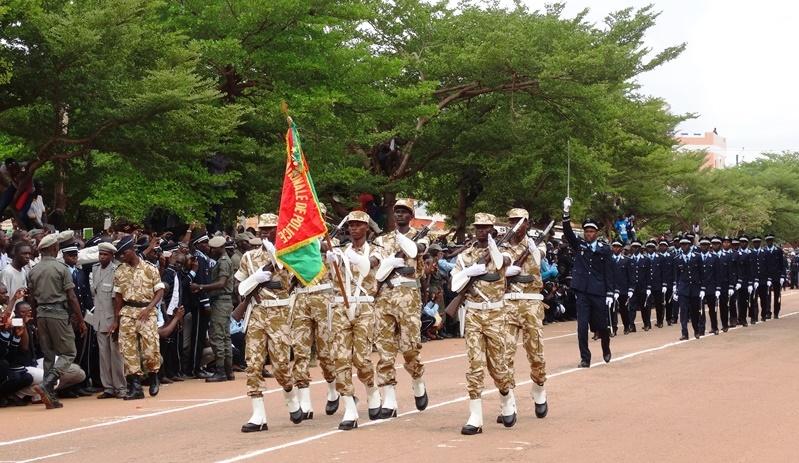 Le drapeau avec sa garde suivi de près par les élèves commissaires de police de la 45ème promotion en fin de formation © Burkina24