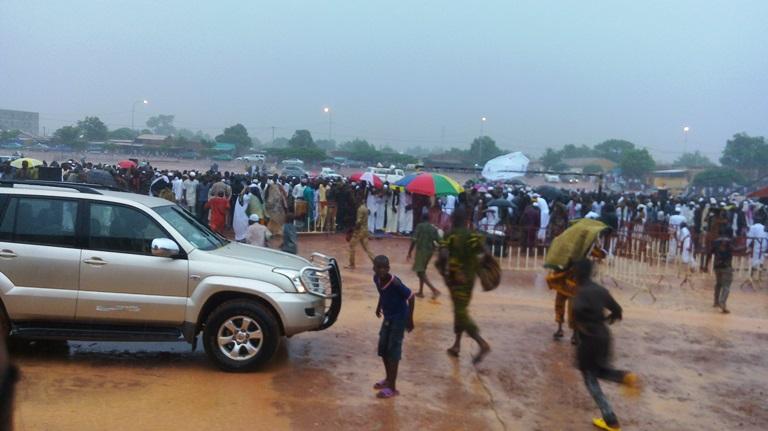 Les musulmans ont prié sous une pluie