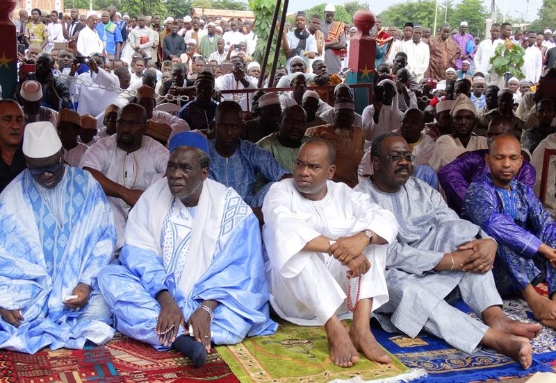Les officiels écoutant avec attention le prêche de l'Imam Aboubacar Sana.