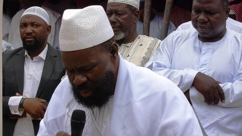 L'imam Aboubacar Sana disant la prière.