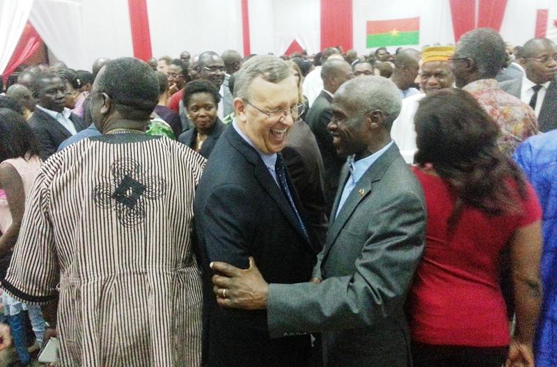 Luc Pincince et l'ambassadeur Tulinabo Mushingi des USA